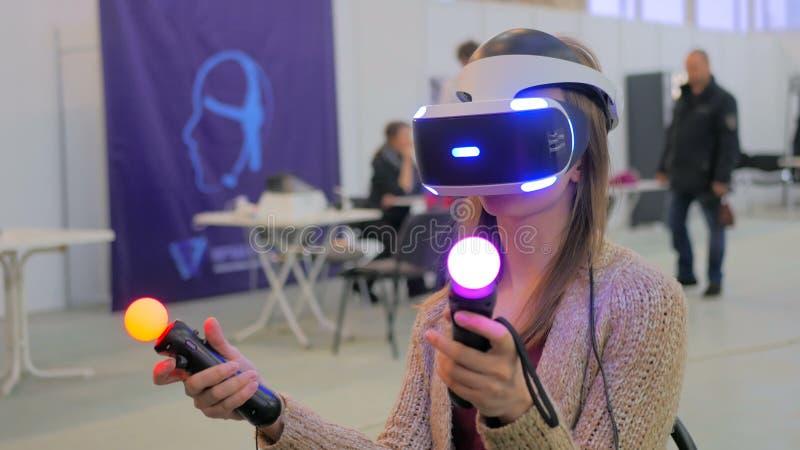 Ung kvinna som använder virtuell verklighetexponeringsglas royaltyfria foton
