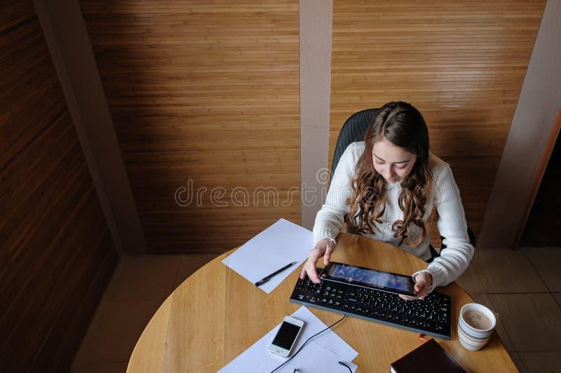 Ung kvinna som arbetar på en dator royaltyfri bild