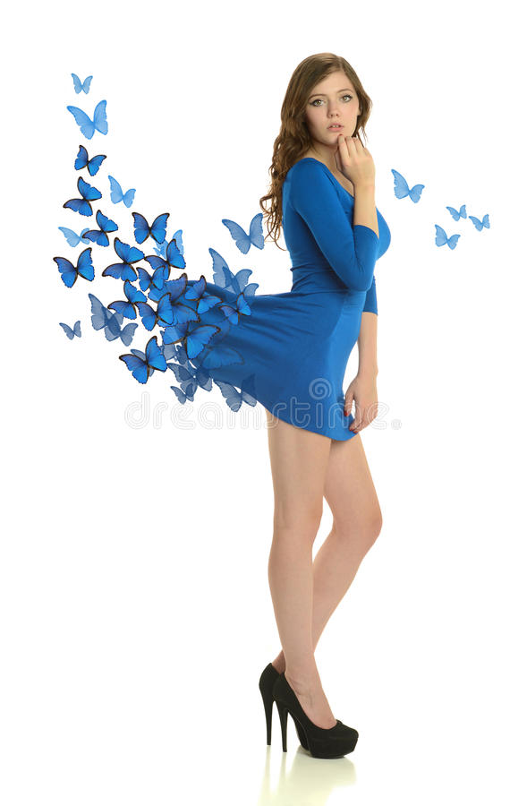 Ung kvinna som bär en blå klänning med fjärilar royaltyfria foton