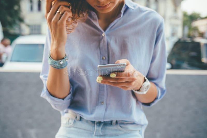 Ung Kvinna Som Bär En Blå Skjorta Och Jeans Arkivfoto Bild