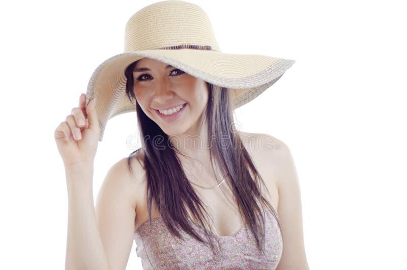 Ung kvinna som bär en hatt royaltyfri foto