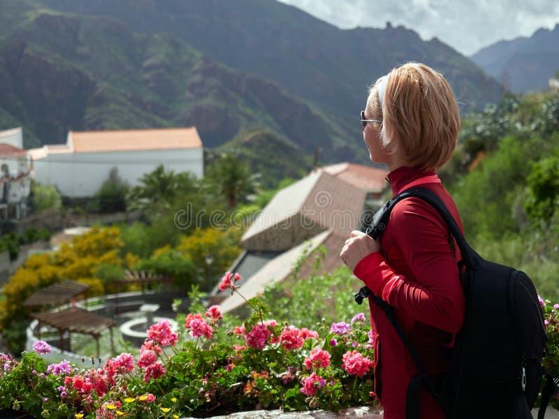Ung kvinna som besöker den gamla bergbyn i Gran Canaria royaltyfria bilder