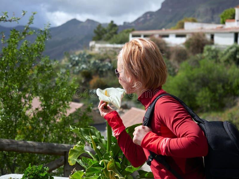Ung kvinna som besöker den gamla bergbyn i Gran Canaria arkivbilder