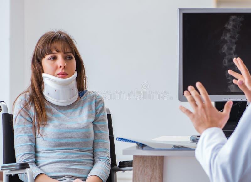 Ung kvinna som besöker doktorn för läkarundersökning royaltyfria bilder