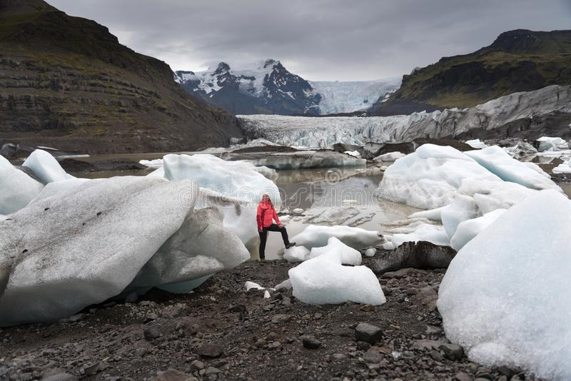 Ung kvinna som besöker naturlandskap i den Island glaciären royaltyfri bild