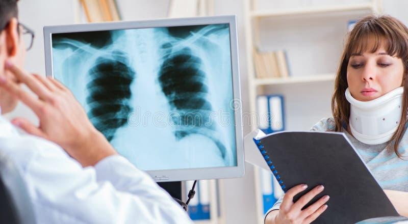 Ung kvinna som besöker radiologen för röntgenstråleexamen arkivfoto
