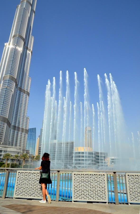 Ung kvinna som beundrar showen av den Dubai springbrunnen, UAE arkivbilder