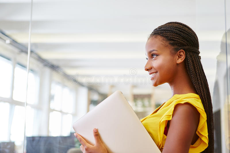 Ung kvinna som deltagare i utbildning arkivfoto