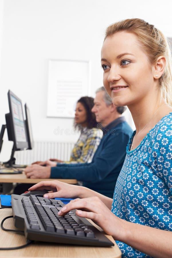 Ung kvinna som deltar i datorgrupp arkivbilder