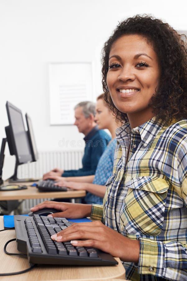Ung kvinna som deltar i datorgrupp royaltyfria foton