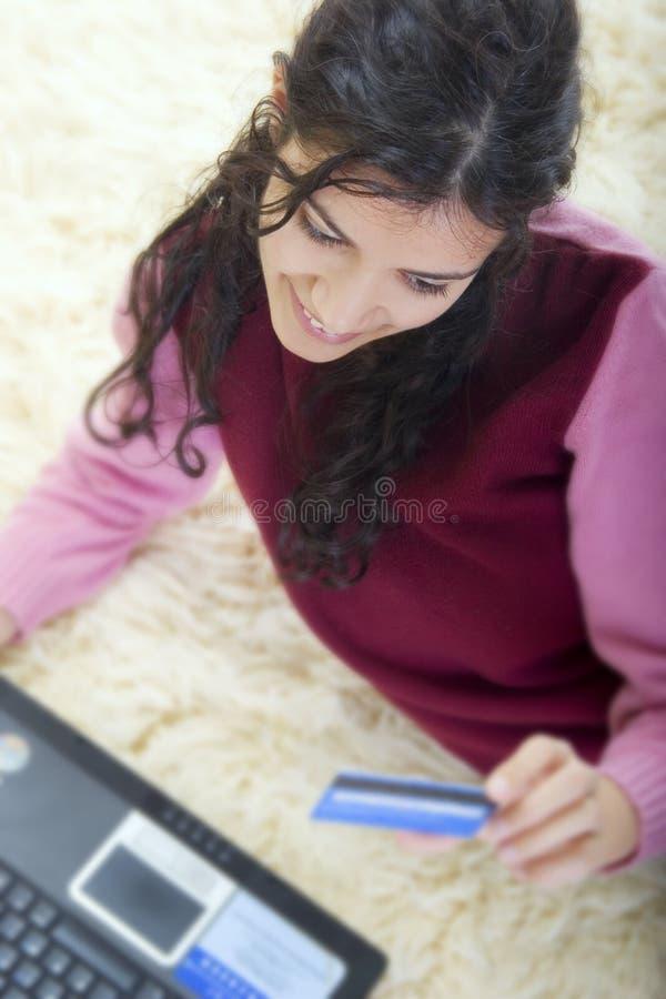 Ung kvinna som direktanslutet shoppar royaltyfri bild