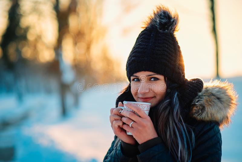 Ung kvinna som dricker hoad tea fotografering för bildbyråer