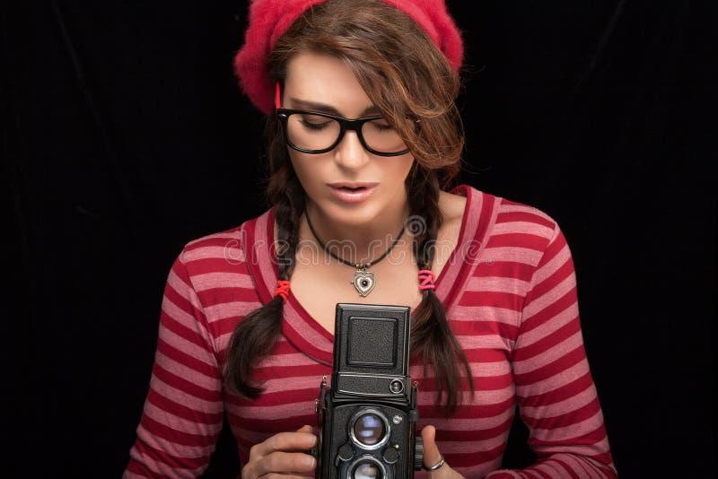 Ung kvinna som fångar fotoet genom att använda tappningkameran arkivfoton