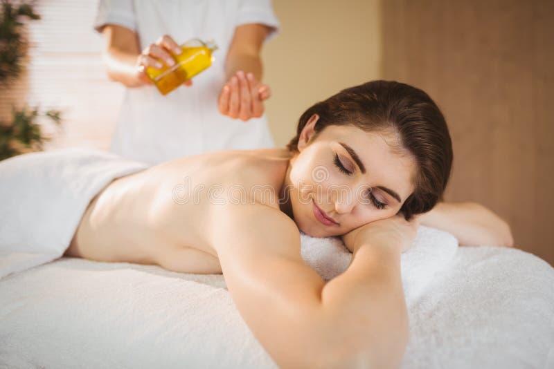 Ung kvinna som får en massage royaltyfri fotografi