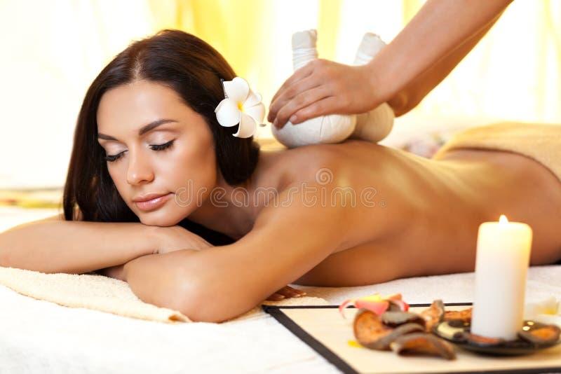 Ung kvinna som får massage i thailändsk brunnsort royaltyfri foto