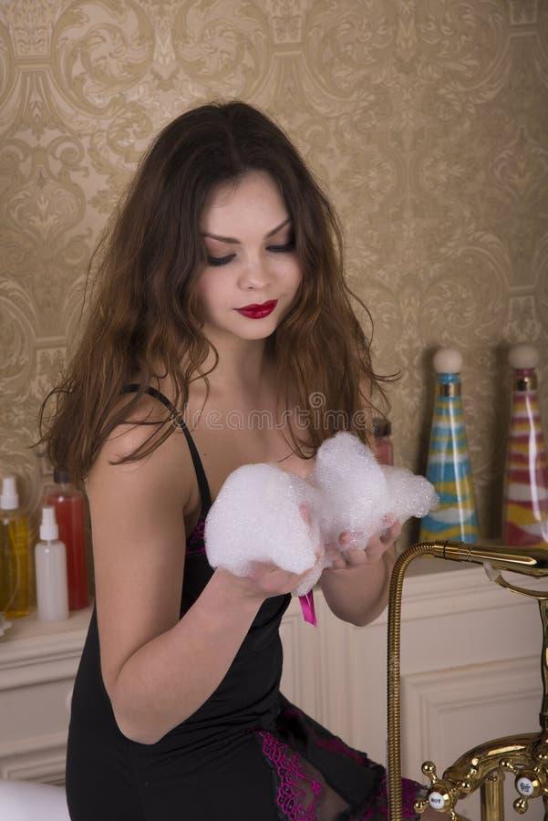 Ung kvinna som förbereder sig att ta ett bad royaltyfri bild