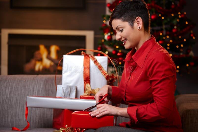Ung kvinna som förbereder sig för julhelgdagsafton arkivbild