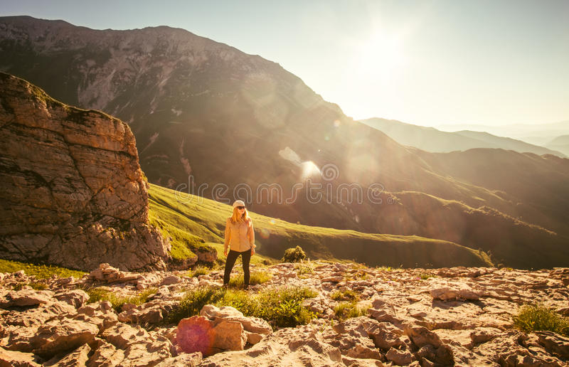 Ung kvinna som fotvandrar utomhus- lopplivsstil fotografering för bildbyråer