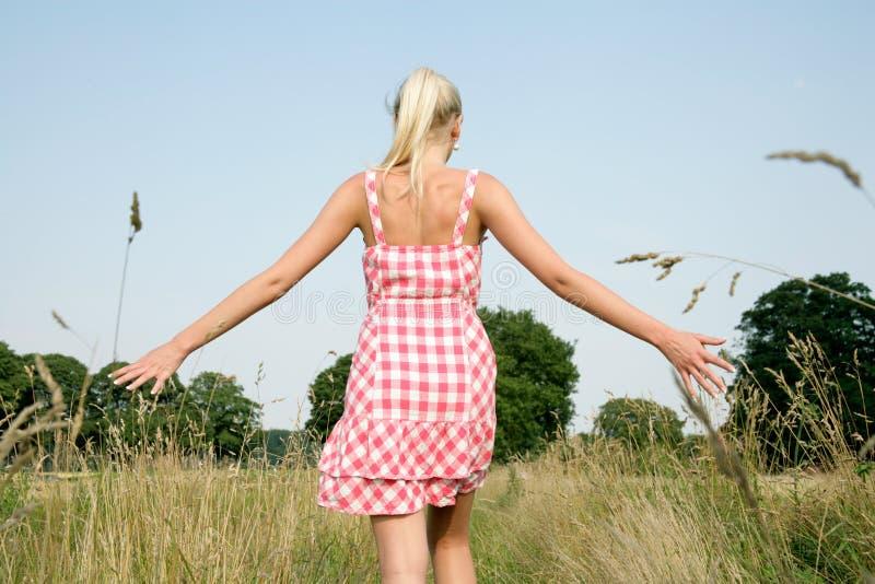 Ung kvinna som går i natur arkivfoto