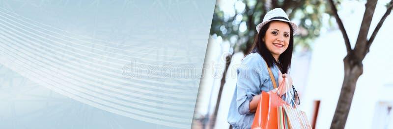 Ung kvinna som går med shoppingpåsar i hand panorama- baner arkivbilder