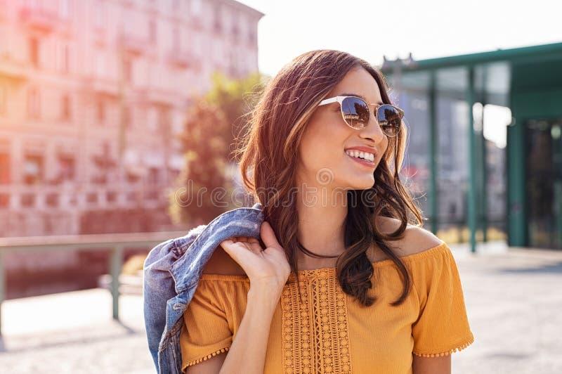 Ung kvinna som går på gatan royaltyfri fotografi