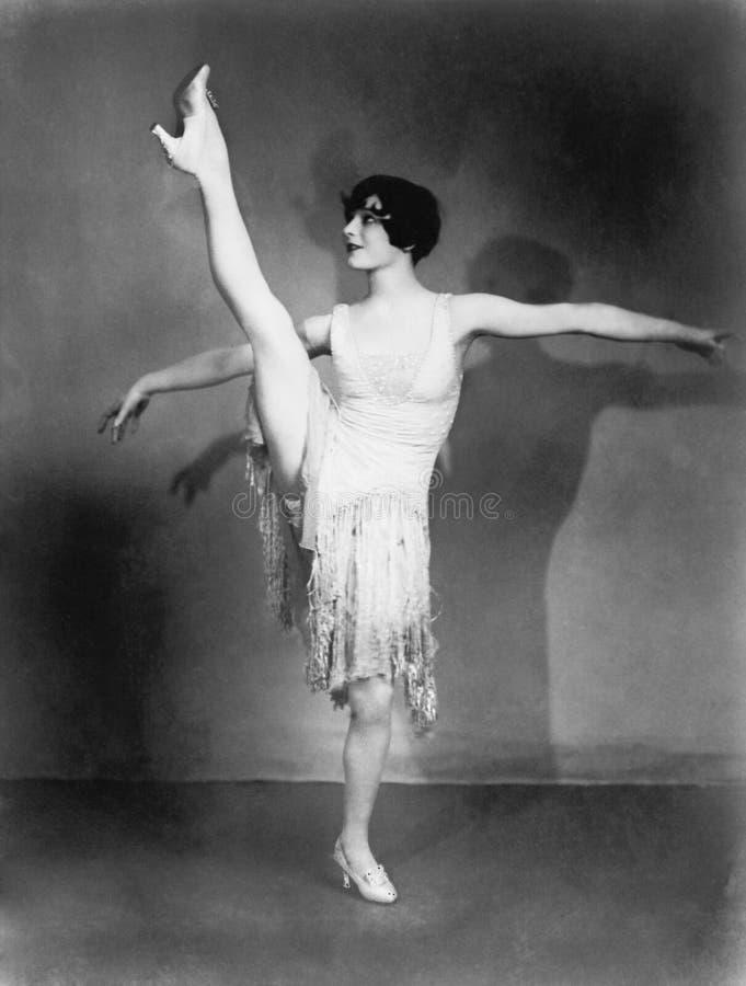 Ung kvinna som gör balett (alla visade personer inte är längre uppehälle, och inget gods finns Leverantörgarantier att det ska fi arkivfoton