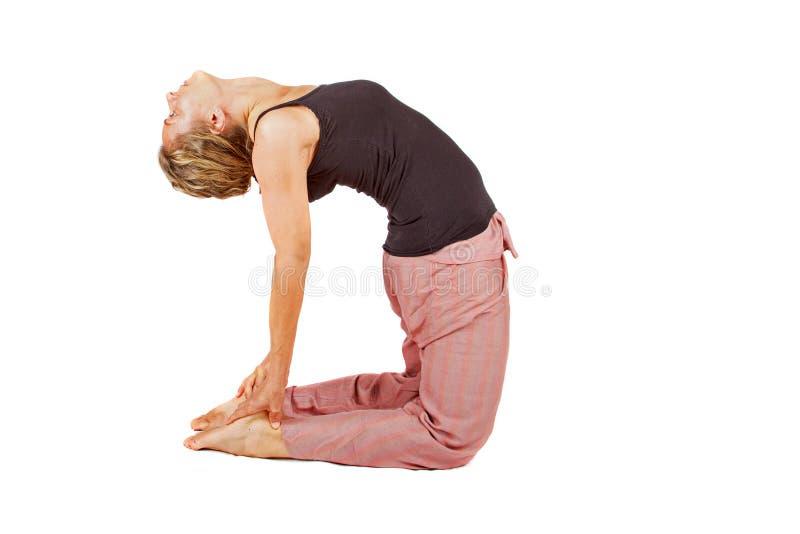 Ung kvinna som gör en yogaställing arkivfoton