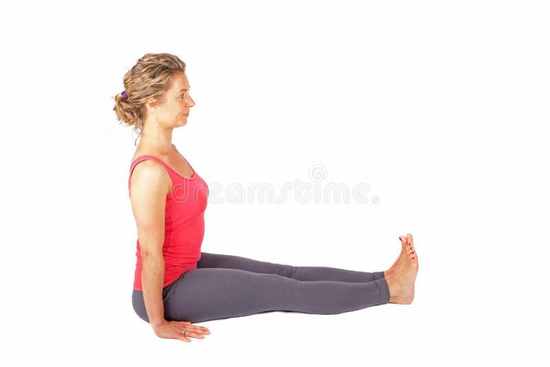 Ung kvinna som gör en yogaställing royaltyfri bild