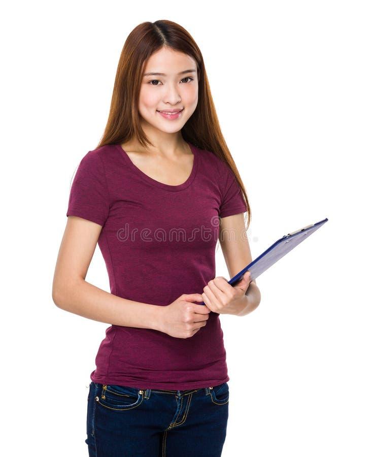 Ung kvinna som gör frågeformuläret royaltyfria foton