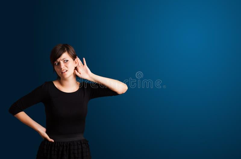 Ung kvinna som gör gester royaltyfri foto