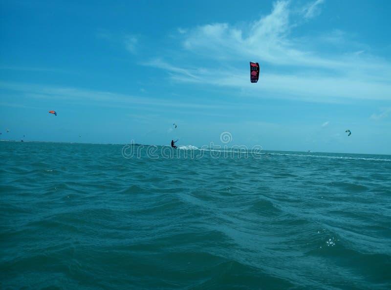 Ung kvinna som gör kitesurf arkivfoton