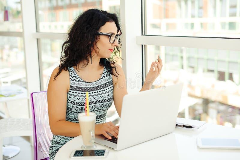 Ung kvinna som gör online-betalning med kreditkorten Shoppingonl arkivfoton