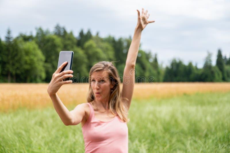 Ung kvinna som gör selfies i natur royaltyfri fotografi