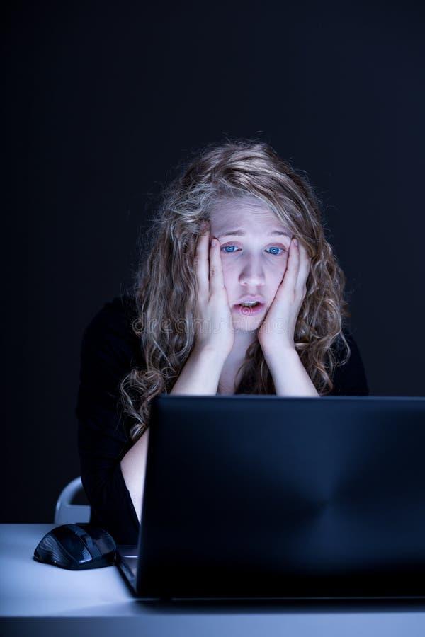 Ung kvinna som göras ont av hateren arkivfoto