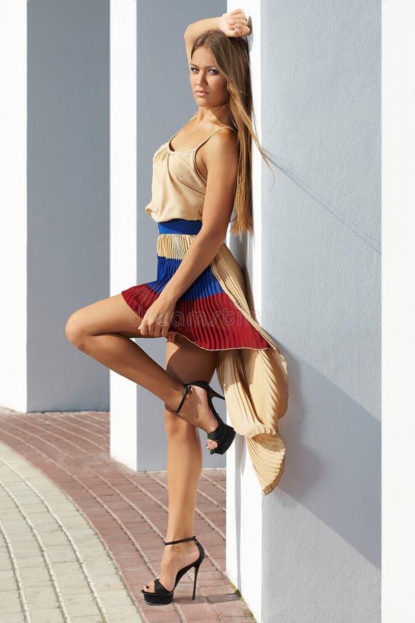 Ung kvinna som glamorously poserar; modemodell arkivbild