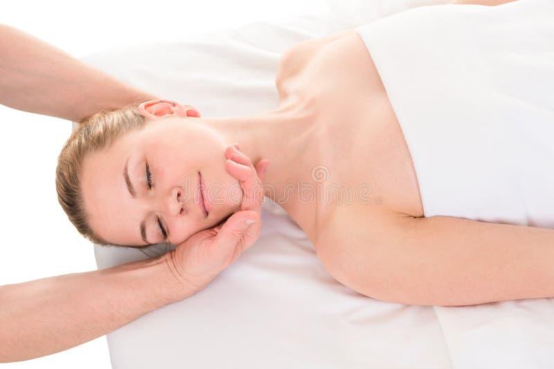 Ung kvinna som har det head massageslutet upp royaltyfri foto