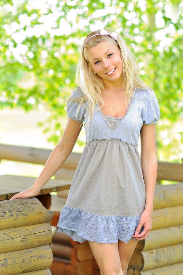 Ung kvinna som har en lycklig tanke royaltyfria bilder