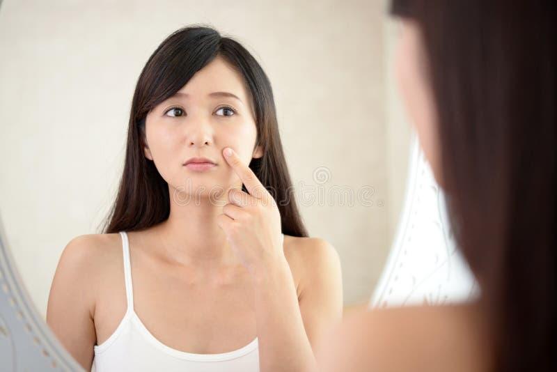 Ung kvinna som har hudproblem arkivfoton