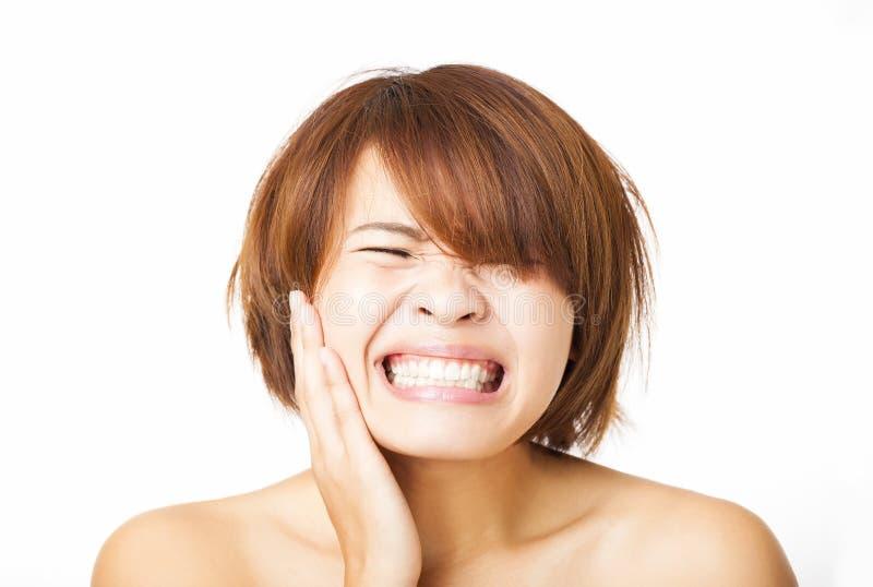 Ung kvinna som har tandvärk royaltyfria bilder