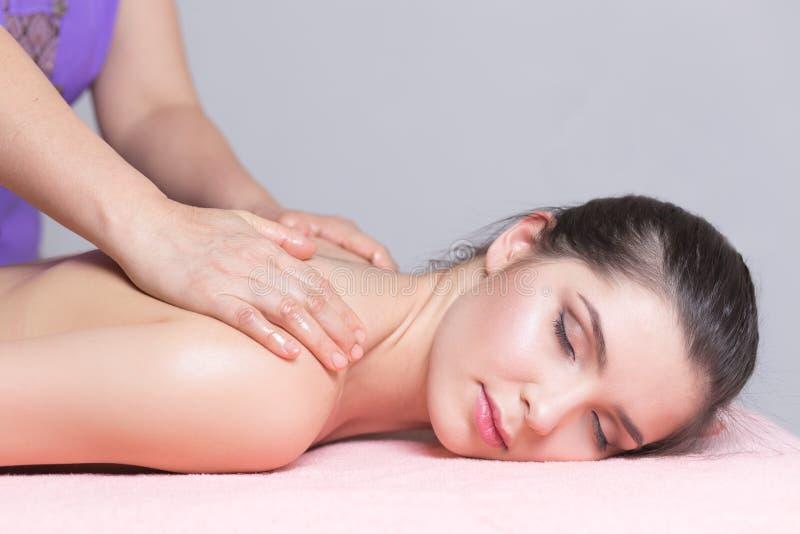 Ung kvinna som har tillbaka massageslut upp arkivfoto