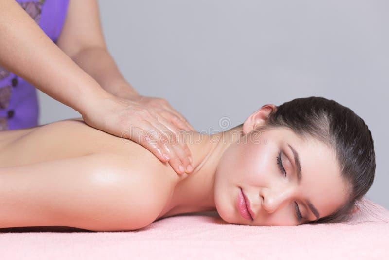 Ung kvinna som har tillbaka massageslut upp royaltyfri bild