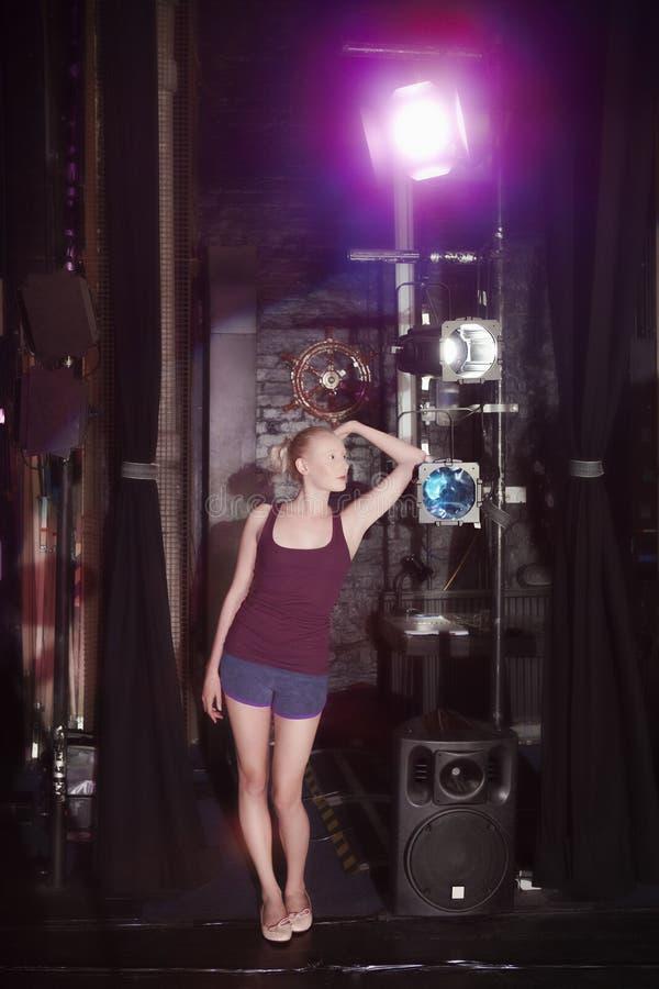 Ung kvinna som i kulisserna står arkivbild