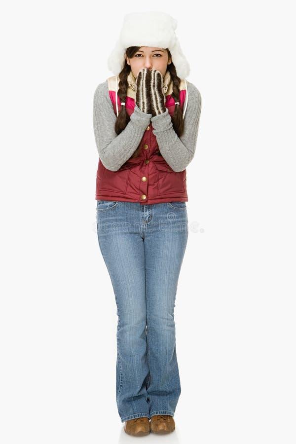 Ung kvinna som känner förkylningen arkivfoton