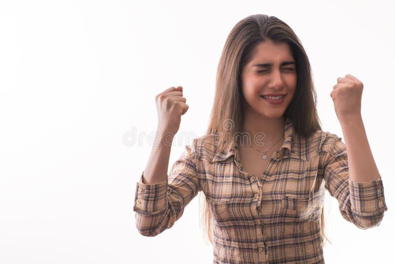 Ung kvinna som känner sig lycklig royaltyfri foto