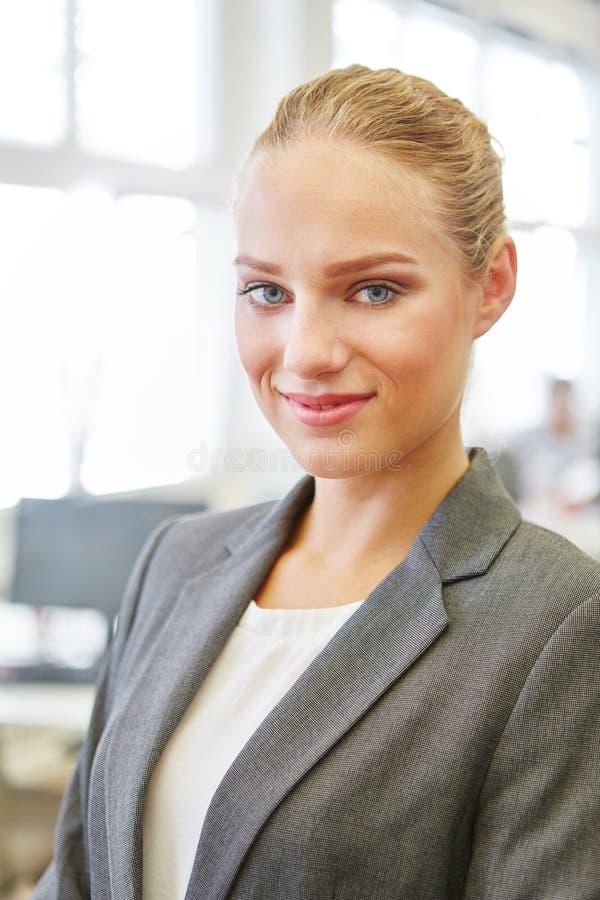 Ung kvinna som kompetent affärskvinna arkivbild