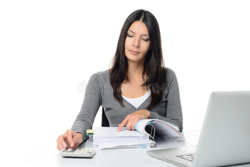 Ung kvinna som kontrollerar en rapport eller fakturor arkivbilder