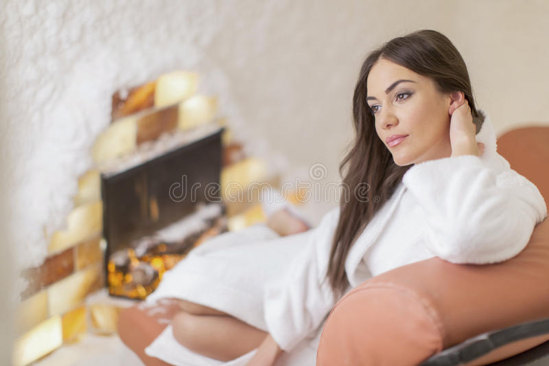 Ung kvinna som kopplar av i brunnsorten arkivfoto
