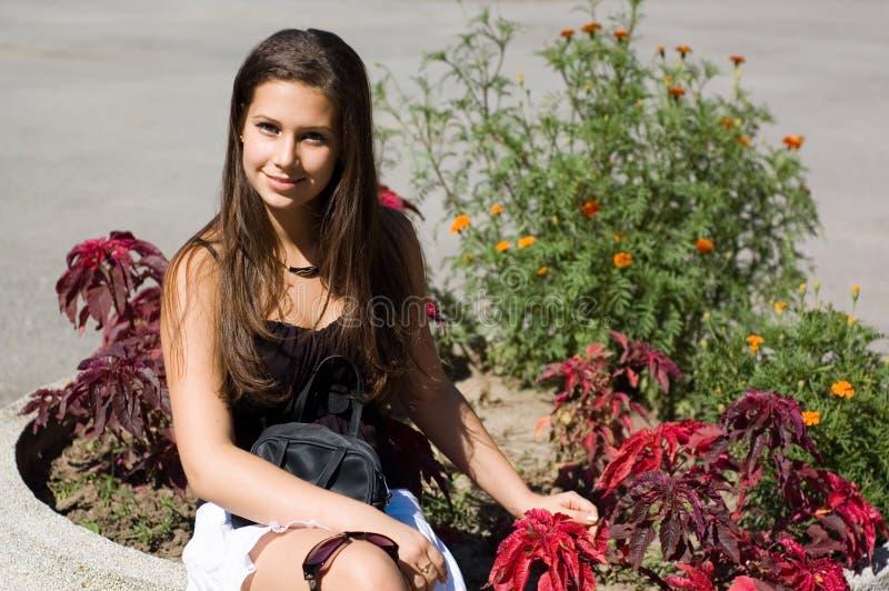Ung kvinna som kopplar av i park arkivfoton