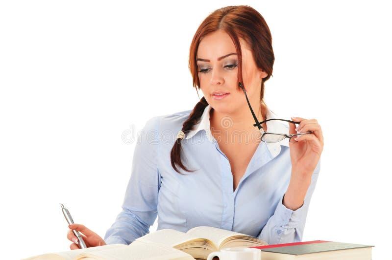 Ung kvinna som läser en bok. Kvinnlig student som lär arkivfoton