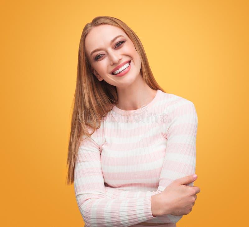 Ung kvinna som ler i studio royaltyfria bilder